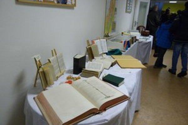 K nahliadnutiu sú Biblie v unikátnych vyhotoveniach, tie najmenšie exempláre sú čitateľné pod mikroskopom.