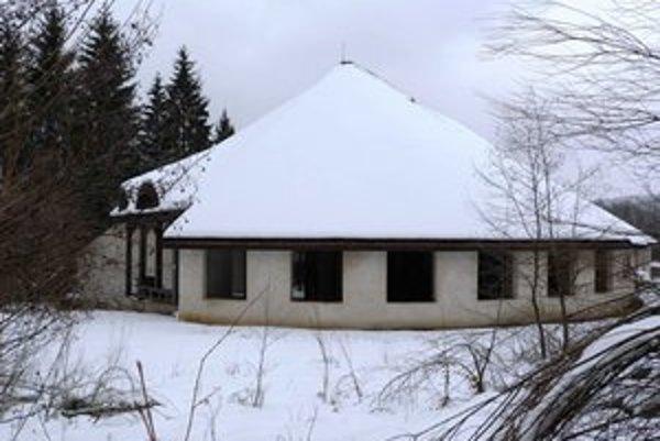 Vstupná budova. Z roky chátrajúcej stavby v skanzene vo Svidníku má byť turisticko-informačné centrum s možnosťou ubytovania.