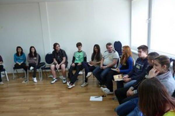 Mladí lídri. Počas troch víkendových školení majú za úlohu určiť si projekt, ktorým chcú vo svojom okolí niečo zorganizovať, podporiť, či zmeniť.