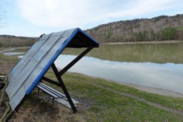 Rybník Orlík- Miestni rybári si okolie obľúbenej nádrže každoročne zveľaďujú.
