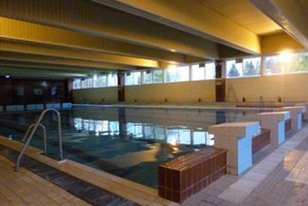 Krytá plaváreň. Mestský bazén bude podľa radnice kvôli nutnej servisnej prestávke od konca apríla zatvorený.