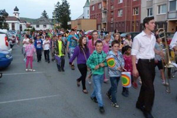 Lampiónový sprievod. V predvečer prvého mája ľudia kráčali ulicami Stropkova s lampiónmi v ruke.