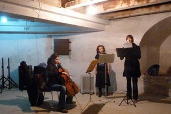 Trio starej hudby. Hudobnú časť alternatívneho festivalu v Hrubej bašte začal koncert stredovekej hudby.