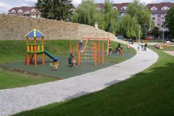 Detské ihrisko. V Promenádnom parku v Bardejove pribudla lezecká stena a kolotoč.
