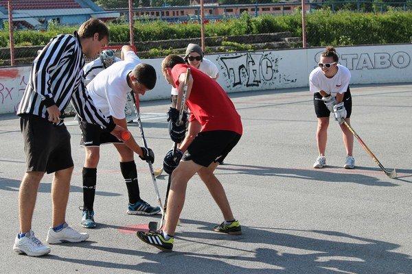 Tuhé boje o víťazstvá. Bardejovská hokejbalová liga.
