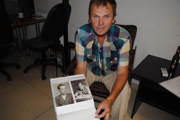 Jozef Jančošek s fotografiami svojho strýka.