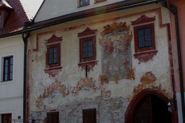 Meštiansky dom č. 26. Freska zobrazuje korunovanie Panny Márie.