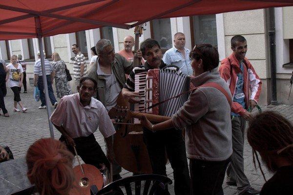 Bardejovský jarmok 2013. K jarmočným stánkom patrí aj cigánska muzika.