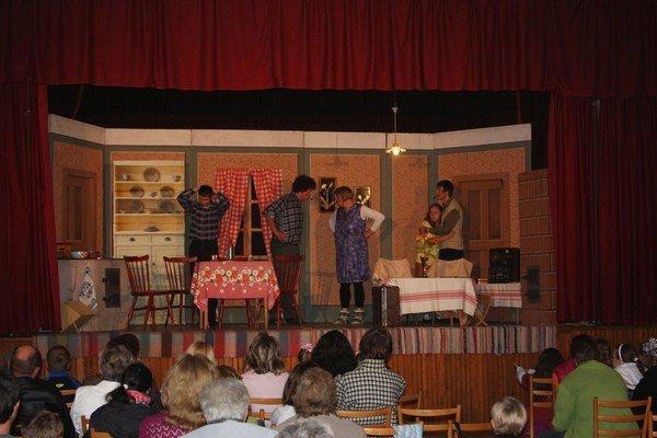 Divadelníci zo Zborova. V Smilne zaujali hlavne hereckými výkonmi.