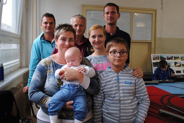 Bodnárovci. Vincent, Peter s manželkou Katkou a Jankou, Pavol s manželkou Sylviou a synom Francescom. Na snímke chýbajú pani Jana a Petrov syn Filip.