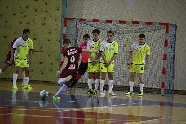 Popík strieľa druhý gól Humenného. Futsalisti Angels naďalej trónia tabuľke 3b Extraligy.