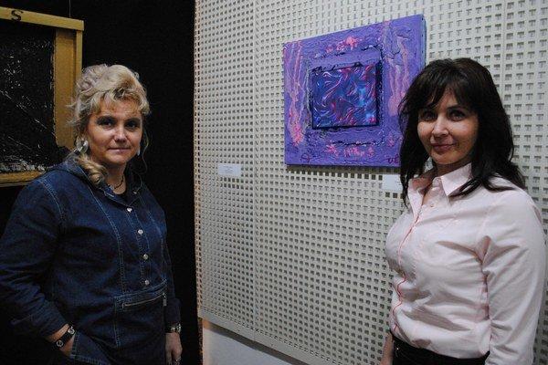 Riaditeľka Ľudmila Štecová (vpravo) alektorka Jarmila Suchá. V Komnate.