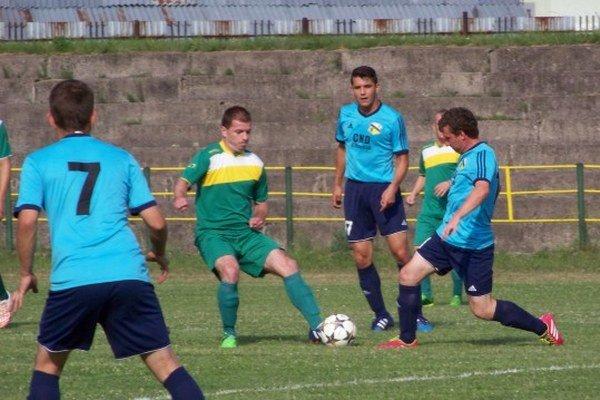 Hrdina zápasu. Juraj Popovič (pri lopte vpravo).