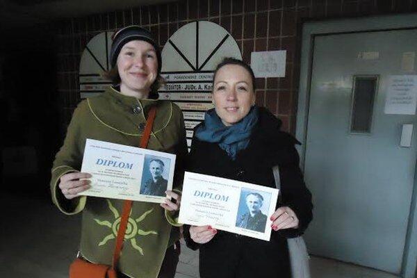 Úspešné recitátorky Vansovej Lomničky. Alexandra Harvanová aZuzana Švecová.