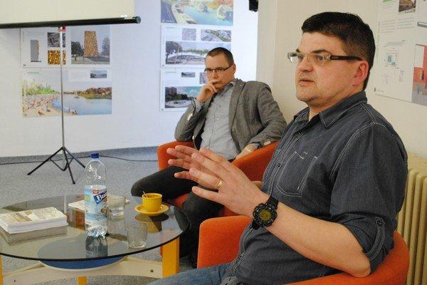 Historici Martin Drobňák aRadoslav Turik (v popredí). Zostavujú databázu padlých vojakov zprvej svetovej vojny.