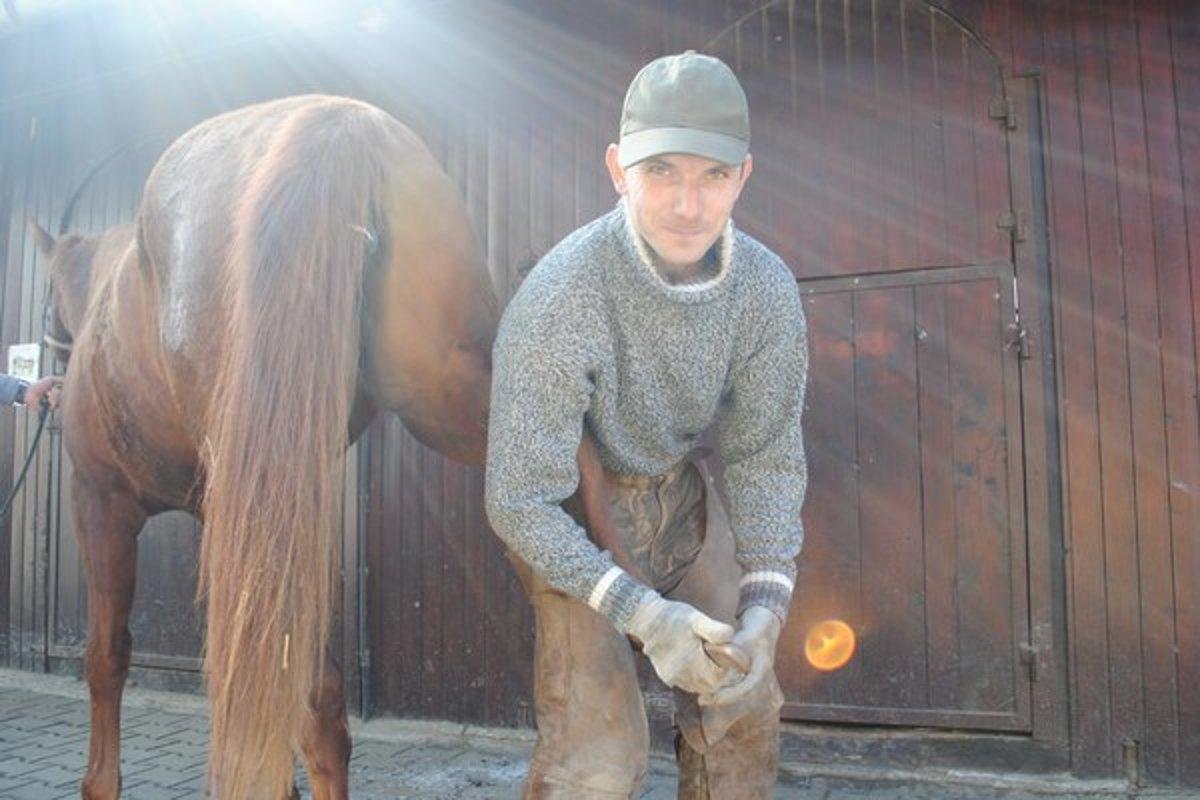590409c3f Kamil Kavčák je jedným z najmladších podkúvačov koní v okolici.
