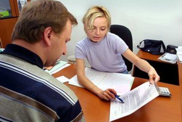 V dnešných dňoch môže trvať dlhšie, kým sa ľudia na úradoch práce dostanú na rad.