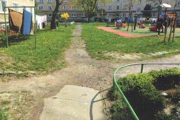 Chodník pri detskom ihrisku na Krátkej ulici.