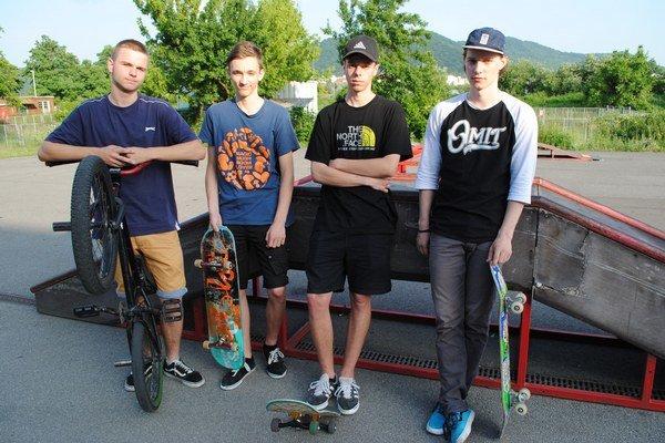 Chlapci trávia na ihrisku hodiny. Marek Vaco (zľava), Mário Kmec, Nikolas Styrančák aKristián Boško.