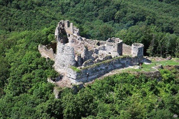 Hrad Jasenov. Obec ho obnovuje už tretí rok.
