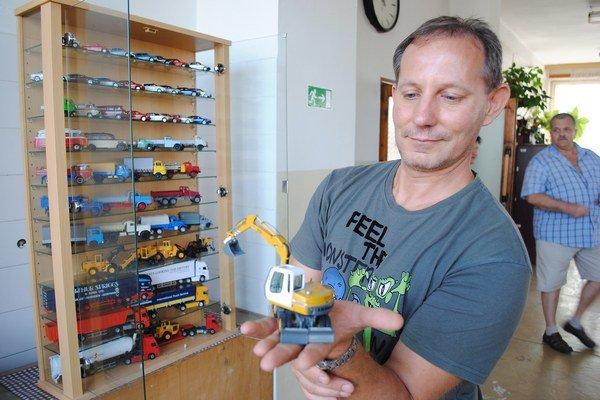 Alexander Zuti. Zbiera rušne, autá a stavebné stroje.