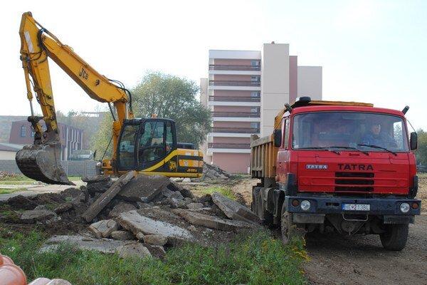 Ťažké mechanizmy pripravujú miesto pre nové cesty a parkoviská.