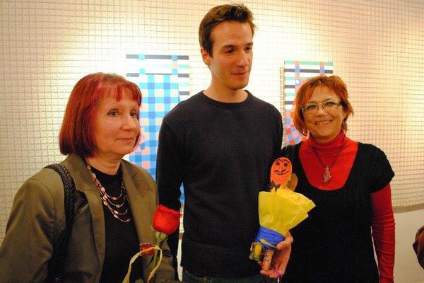 Na vernisáži v rodisku. Viliam Slaminka s mamou (vpravo) a tetou Ľudmilou Hanákovou, učiteľkou výtvarnej výchovy.