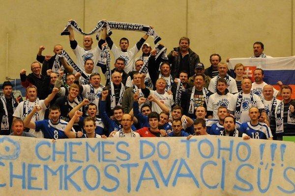 Spoločná postupová. Chemesáci a ich fanúšikovia po zápase v Lausanne.