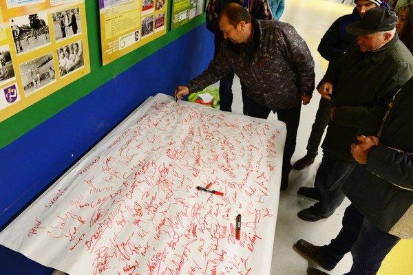 Podpisová podpora fanúšikov pre humenský volejbal pred nedeľňajším zápasom s Myjavou.