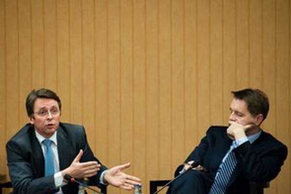 Minister financií Ivan Mikloš (SDKÚ) s poslancom Smeru Petrom Kažimírom.