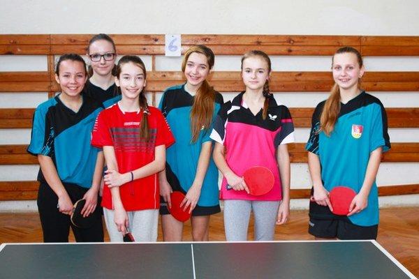 Šesť mladých stolných tenistiek súťažilo o majsterku oblasti. Víťazkou sa stala L. Gajdošová (druhá sprava) z Udavského.