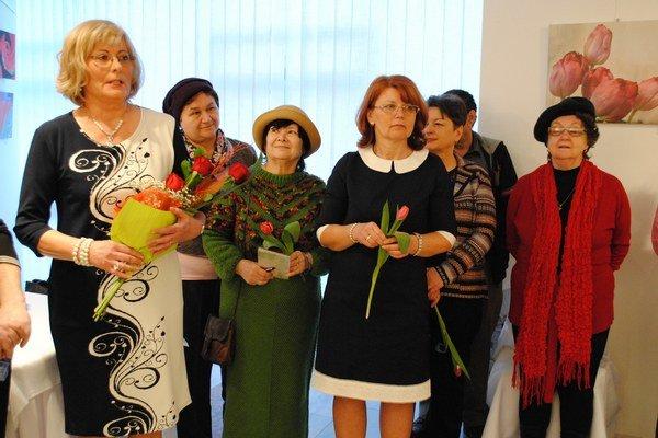 Anna Šimkuličová na vernisáži s členkami Podvihorlatskej palety.