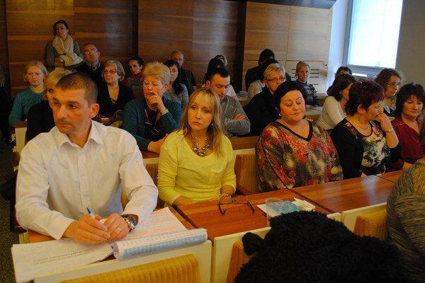 Zamestnanci školy prišli na rokovanie poslancov.
