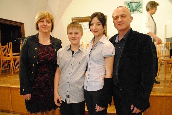 Monika Trembuľáková s rodičmi a bratom Tomášom.