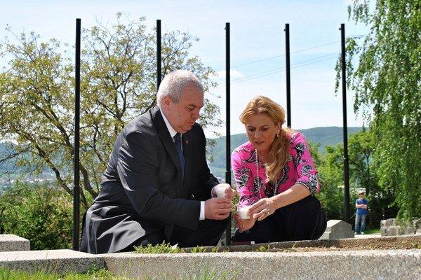 Sviečka vďaky na humenskom vojenskom cintoríne. Zapálili ju Peter Rusiňák a Jana Vaľová.