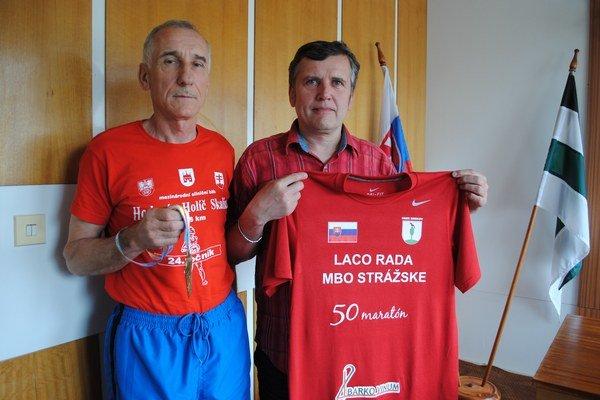 Maratónec Ladislav Rada a starosta Brekova Peter Mihaľko.
