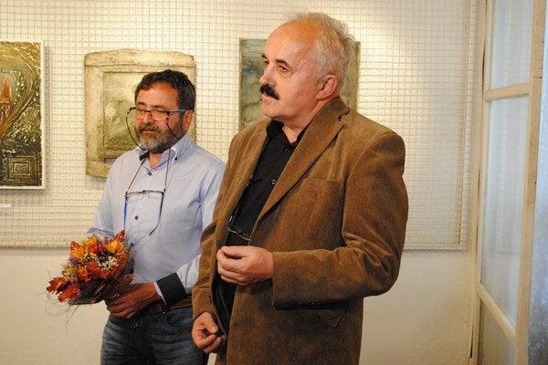 Marián Kusik (vľavo) na vernisáži s Jánom Bartkom.