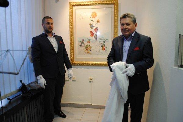Fleur Dalí. Galerista Andrej Smolák (vpravo) získal obraz z Prahy, z galérie brata Mira.