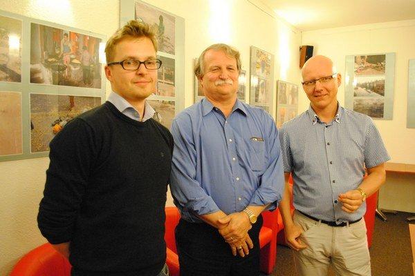 Zástupcovia zahraničných ťažobných spoločností. Maciej Karabin (zľava), projektový manažér, Ron Crow, šéf, Sebastian Lenart, technický manažér.
