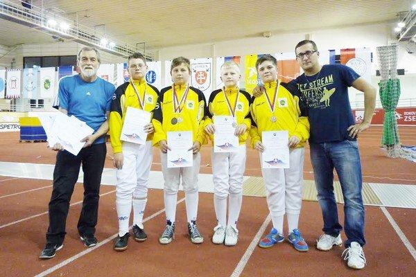 Zľava tréner D. Kazík, strieborní mladší žiaci Petro, Bednár, Hunčár, Gazda a tréner M. Kazík.
