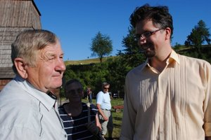 Miroslav Klusák (vpravo) a Andrej Onufrák. Pán Andrej si zaspomínal, keď ako jedenásťročný chlapec tancoval pred generálom Svobodom pri jeho návšteve Habury.