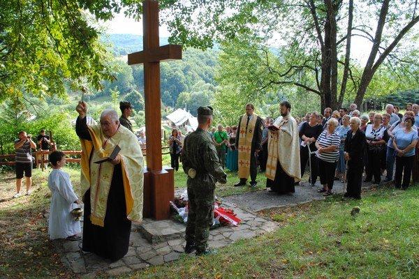 Posviacka cintorína vo Svetliciach. Omšu odslúžili kňazi Ján Novák z Výravy, miestny Ivan Barna a vojenský duchovný Slavomír Krajňák.