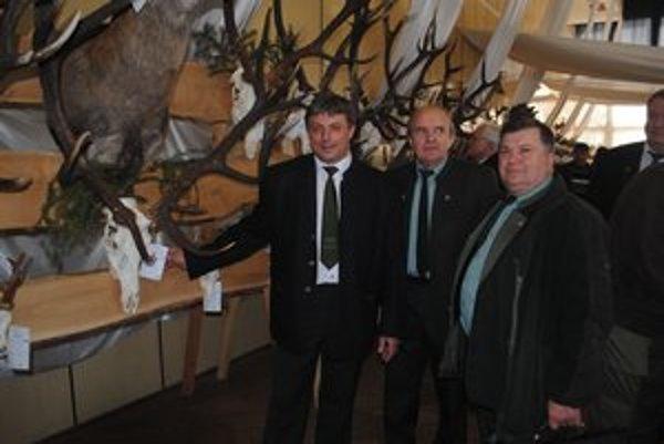 """""""Zlatý"""" jeleň. Z Habury ho priviezol poľovný hospodár Miroslav Turok – Meceňo (vľavo)."""