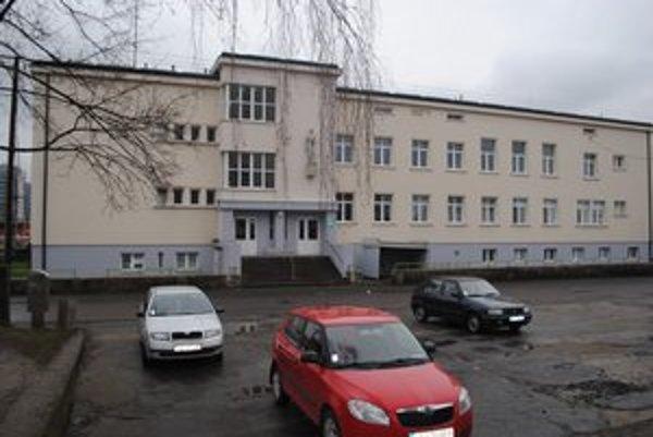 Badalove stavby. Budova tzv. detskej polikliniky patrí medzi najstaršie verejné budovy v meste. Postavili ju v roku 1931. Sídlila v nej Robotnícka sociálna poisťovňa, mestské kúpele a nachádzali sa v nej aj ambulancie lekárov.