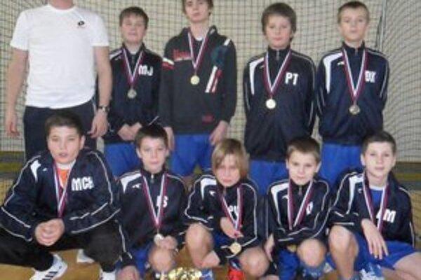 ŠK Futura Humenné (U 13). Súťažne im patrí pozícia lídra. Na snímke ako víťazi turnaja.