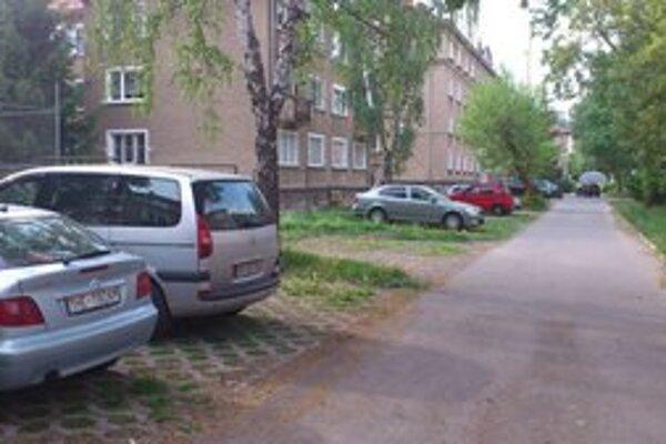 Za bytovkou na Družstevnej. Parkovacích miest je dostatok.