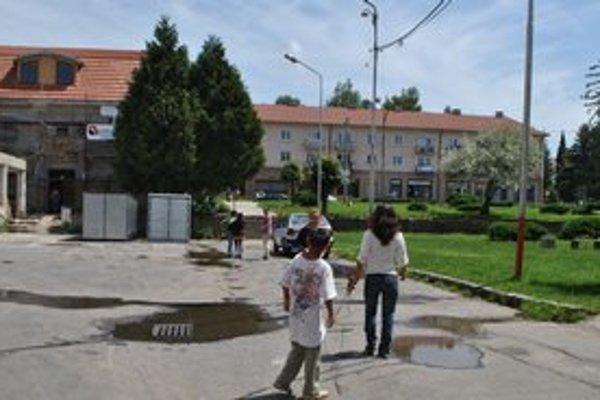 """""""Iskrivé"""" prostredie. Sídlisko I v Snine je známe tým, že si tu mnohí ľudia riešia konflikty priamo na ulici."""