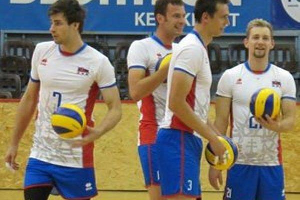 Spoluhráči budú súpermi. Milan Javorčík (vpravo s loptou, č. 21) a Peter Michalovič (vľavo, č. 7).