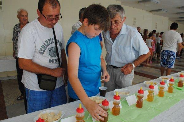 Med bolo treba nakvapkať na kúsok vafle. Dvanásťročný Adrián Šepeľa prišiel na festival s dedkom a strýkom, ktorí včelária už roky. Adriánovi najviac chutil malinový med.