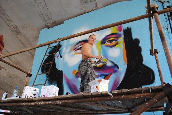 Vydaril sa. Portrét Mariána Čekovského sa divákom a okoloidúcim páčil. Autor podľa nich vystihol hudobníkov šibalský pohľad.